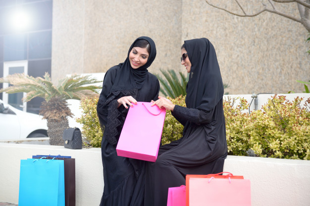 emarati-arab-women-coming-out-shopping_132469-11
